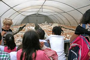 Remontage de céramiques à la base archéologique de Fosses